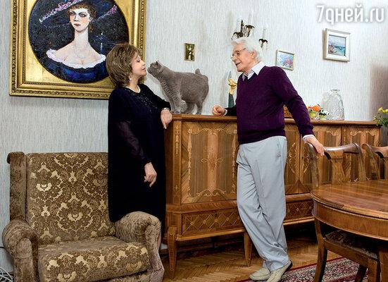 Уже много лет Олег Александрович увлекается живописью. На стенах квартиры немало картин, написанных его рукой