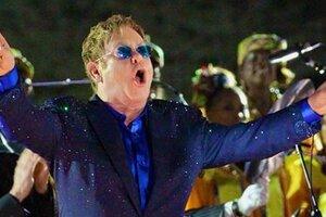 Внезапный концерт: Элтон Джон выступил на вокзале в Лондоне