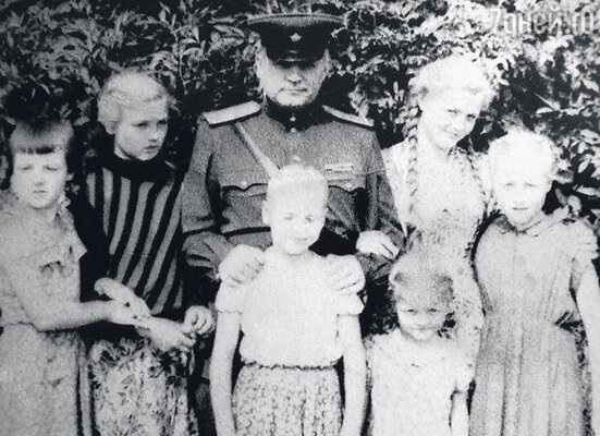 С папой Николаем Илларионовичем истаршими сестрами. Слева направо: Светлана, Елена, Наталья, Римма иЛюбовь. Германия, 1954 г.