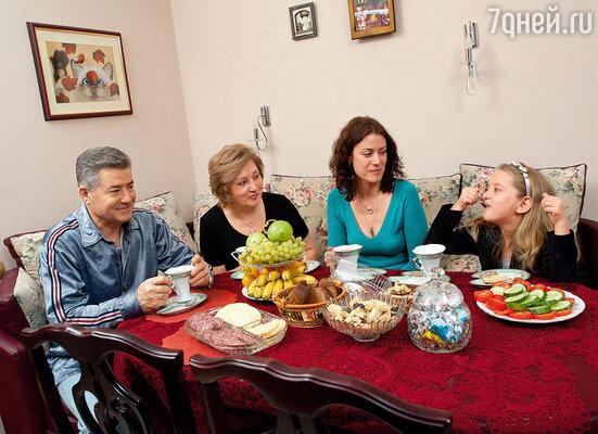 С дочкой и родителями — Леонидом Ивановичем и Натальей Федоровной — в их питерской квартире, 2006 год