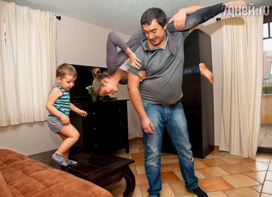 Олег оказался просто сумасшедшим отцом. Он так носится с детьми!