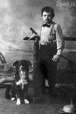 Молодой Джек Лондон со своим псом Роллом. 1885 год