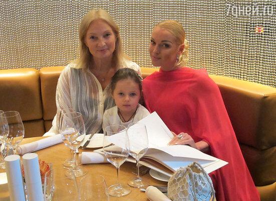 С мамой и дочерью Ариадной