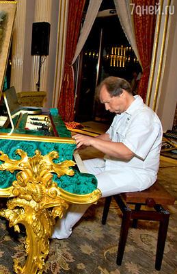 Для пианиста Юрия Розума сделали исключение и разрешили сыграть Чайковского на раритетном рояле 1878 года с отделкой из малахита и золота
