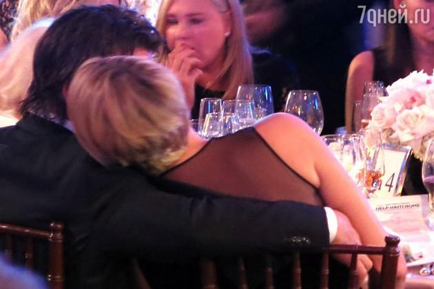 Шарлиз сидела с актером за одним столом и не сводила с него глаз. Пенн, в свою очередь, пытался всеми возможными способами очаровать свою спутницу: шутил, обнимал актрису и даже представил Шарлиз своей маме Айлин Райан