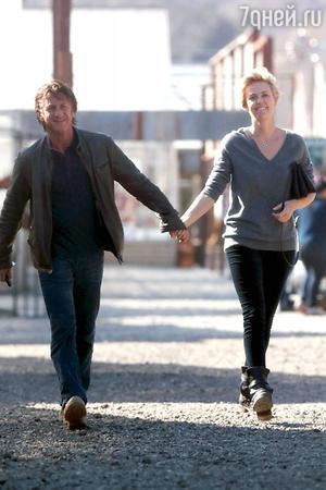В то время, как одни из самых крепких пар Голливуда подают на развод и расстаются, другие находят свою любовь. 38-летняя актриса Шарлиз Терон нашла ее в лице своего коллеги, 53-летнего сердцееда Шона Пенна