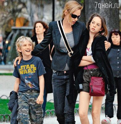 Ума Турман с детьми Левоном Роаном и Майей Рэй