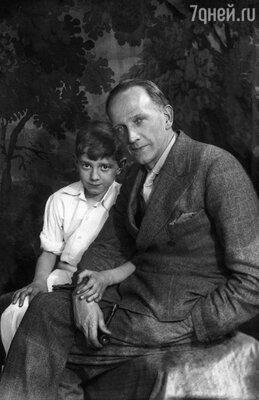 Отец оставался для Кристофера загадкой. Он много раз задавался вопросом: почему слава сделала Алана Милна в тысячу крат более несчастным, чем он был до того?