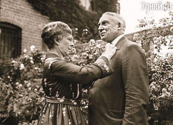 Первая леди США слишком хорошо знала, что ее благоверный Уоррен Гардинг с такой же легкостью отвечает  взаимностью на любой призывный женский взгляд, с какой садится к столу, когда голоден