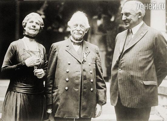 Стараниями Флосси ее мужа выбрали сенатором от штата Огайо. Она не пожалела  ни сил, ни денег, чтобы Уоррен получил поддержку влиятельных республиканцев Огайо.  Сенатор Уоррен Гардинг (справа) с женой Флоренс и отцом Джорджем