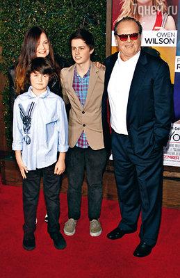 Со старшей дочерью Дженнифер, дизайнером, и внуками Шоном и Дюком на премьере фильма «Как знать...». Лос-Анджелес, декабрь 2010 г.