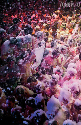 Под утро на дискотеках Ибицы разгоряченных тусовщиков охлаждают специальной пеной