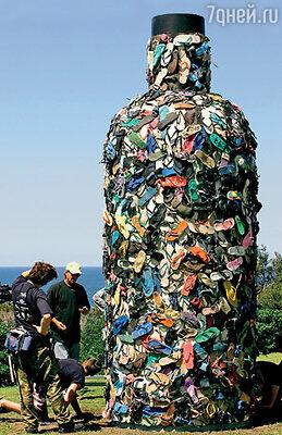Эту необычную скульптуру на австралийском пляже Бонди сделали из забытых отдыхающими тапочек