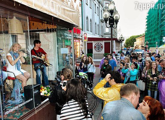 Презентацию альбома под названием «Ничего лишнего» девушка решила устроить прямо на улице, на Старом Арбате.