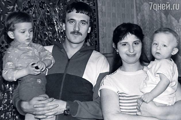 Василий Степанов с родителями и братом Максимом