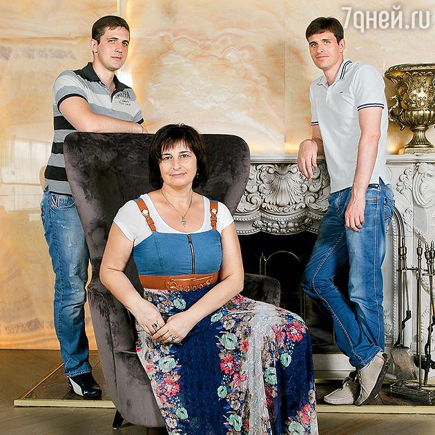 Василий Степанов с мамой Людмилой Викторовной и братом Максимом