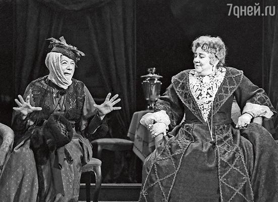 «В 60-е годы Раневская сидела без работы и чувствовала себя одинокой. Единственную роль — в спектакле «Дядюшкин сон» — и то пришлось отдать Вере Марецкой». (Фаина Раневская и Серафима Бирман в спектакле «Дядюшкин сон». 1963 г.)