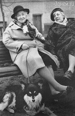 «У Раневской было невероятное количество фобий. Она не могла на улице одна гулять, не могла обедать водиночестве и физически не могла находиться в цирке или в зоопарке — так жалела животных». (Фаина Георгиевна с подругой Ниной Сухоцкой и домашним любицем Мальчиком. 70-е годы)