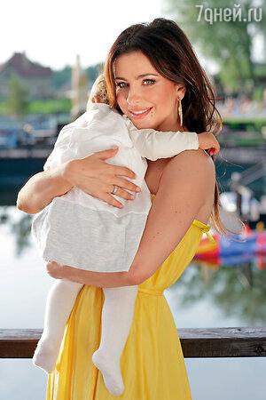 Ани Лорак с дочерью Соней 2012 год