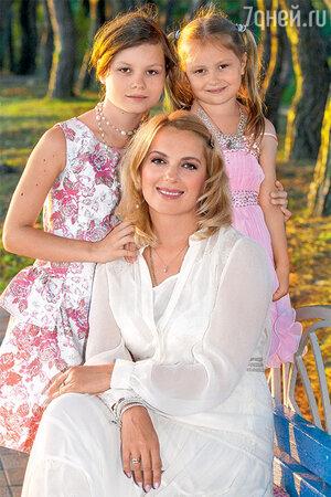 Мария Порошина с дочками Аграфеной и Серафимой