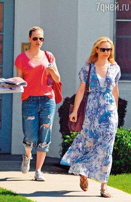 Рэйчел (справа) оказалась очень противной по сравнению со своей скромной сестрой, она всегда оказывалась на шаг впереди нее. Лос-Анджелес, 2011 г.