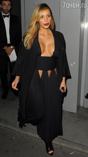 Ким Кардашьян не ограничилась глубоким декольте, позволив себе платье с небольшими вырезами вокруг талии