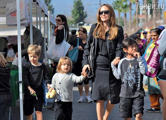 Анджелина Джоли на прогулке с детьми Шилох Нувель, Ноксом Леоном и Паксом Тьеном