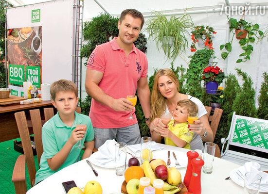 Алексей Немов с женой Галиной и сыновьями Лешей и Димой