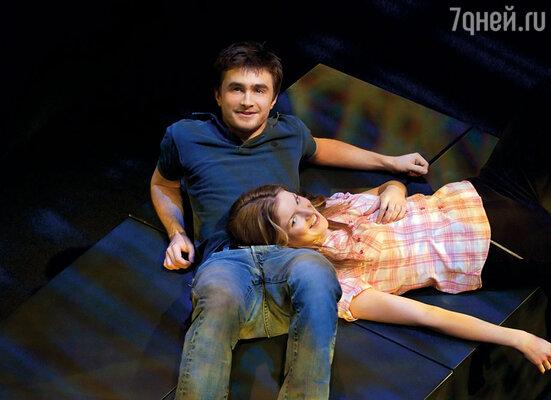 Родители поклонников Гарри Поттера пытались пресечь участие Дэниела Рэдклиффа в спектакле. С Джоанной Кристи в постановке «Эквус»  в театре Гилгуд. Лондон, 2007 г.