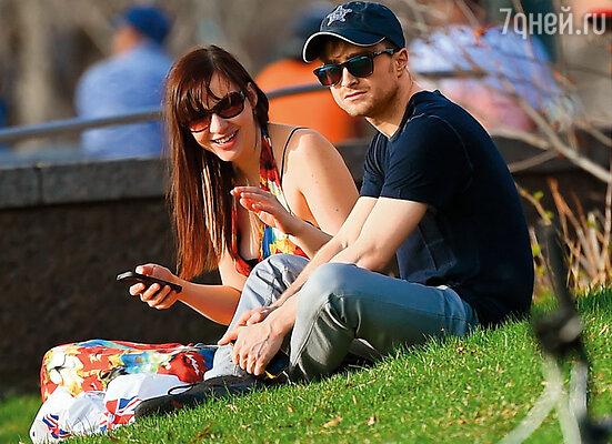 Дэниел с подружкой на пикнике в парке