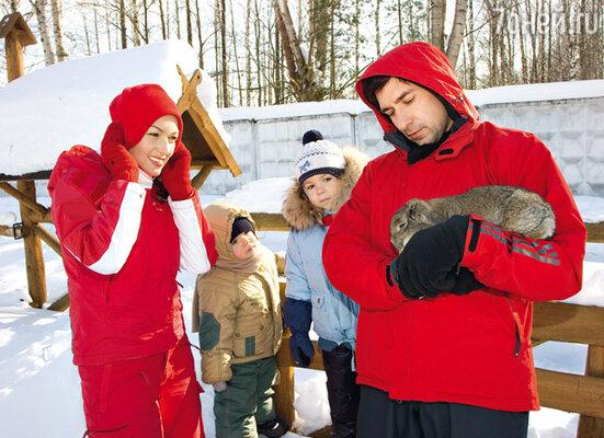 Мальчишки были в восторге от живущих на скотном дворе кроликов...