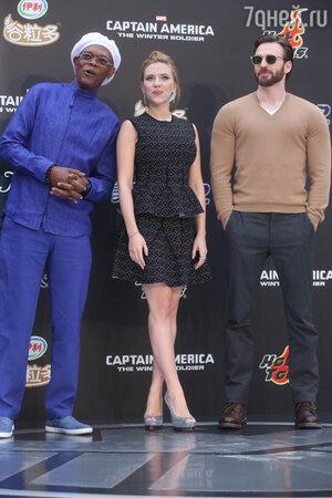 Сэмюэл Л. Джексон и Скарлетт Йоханссон  и Крис Эванс на премьере фильма «Первый мститель: Другая война», Пекин