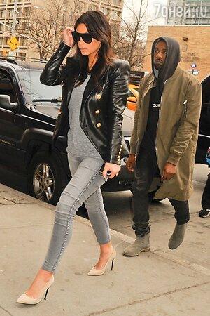 Канье Уэст и Ким Кардашьян в зауженных джинсах и черном жакете от Balmain