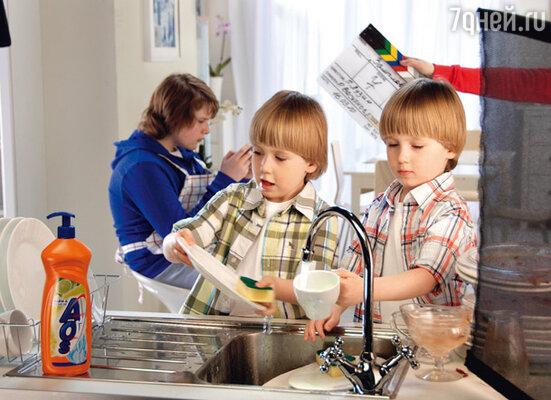 В ролике со своим старшим братом Макаром близнецы должны мыть посуду. Сниматься им понравилось — теперь Маша надеется на скорую помощь по хозяйству