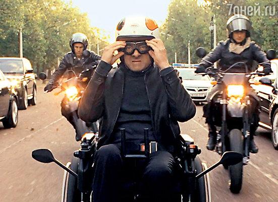 В фильме «Агент Джонни Инглиш: Перезагрузка» Эткинсон гоняет по улицам Лондона на «шпионской» инвалидной коляске