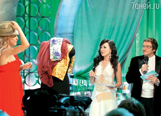 Снимается конкурс, в котором муж и жена, не видя друг друга, выбирают наряды... (Ведущая — Анастасия Заворотнюк с участницей программы)