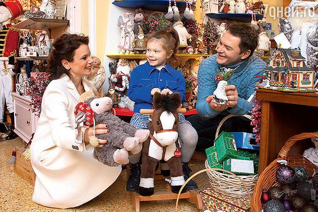 Мария Петрова, Алексей Тихонов и их дочь Полина