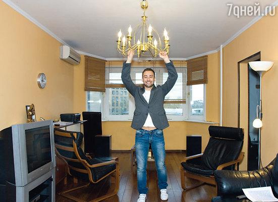 Когда Дмитрий Шепелев первый раз вошел в эту квартиру — ударился олюстру головой: до него здесь жила семья японцев, и им люстра совсем не мешала, но Диме пришлось ее чуть приподнять