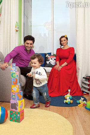 Анфиса Чехова и Гурам Баблишвили с сыном Соломолном в своей московской квартире