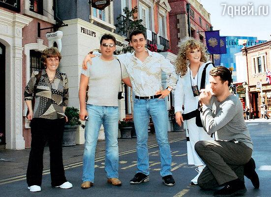 В Лос-Анджелесе на Родео-Драйв с мамой Максима, его братом Дмитрием и организатором американских гастролей Владом Лавриновичем. 2003 г.