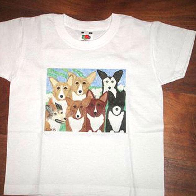 На передней части футболки расположена картина с изображением любимой породы собак Елизаветы – вельш-корги