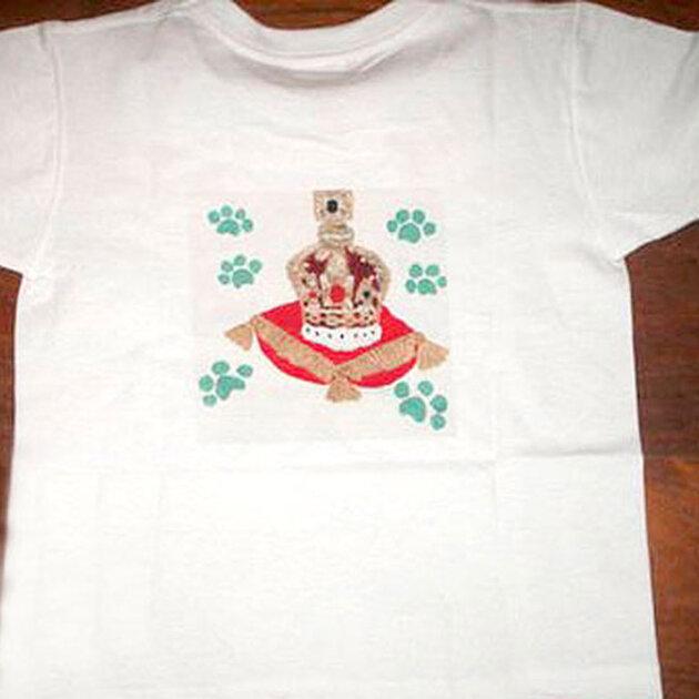 На задней части футболки – корона и следы собачьих лап