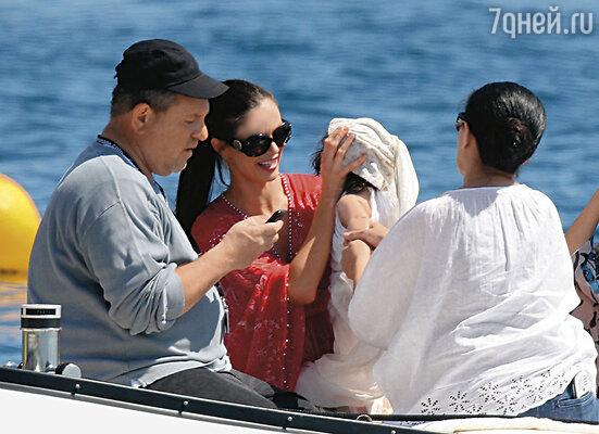 С Харви явно что-то случилось. И не только злые языки, но  даже собственный брат связывал это с его недавней женитьбой на молодой дизайнерше одежды Джорджине Чапман. Канны, 2010 г.