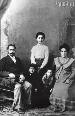 Дедушка, Ефрем Брегвадзе, его племянница Нина, бабушка Барбара Бердзенишвили, и дети – Ольга и Николай.