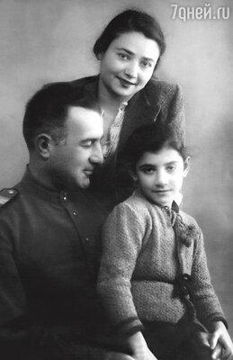 Нани с отцом, Георгием Ефремовичем, и мамой, Ольгой Александровной. 1942 г.
