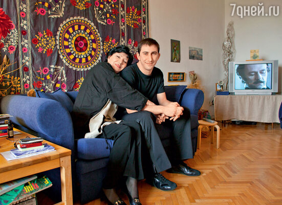 Со старшим внуком Леваном в своей московской квартире. 2003 г.