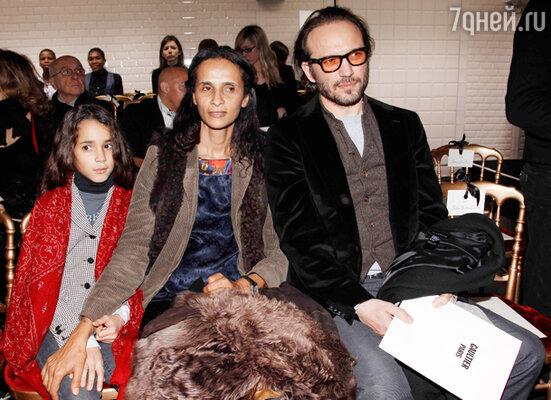 Венсан Перес с дочкой Иман и супругой Карин Силла. Показ «Jean Paul Gaultier»