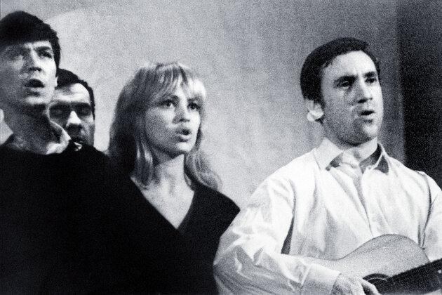Владимир Высоцкий и Татьяна Иваненко  в спектакле Театра на Таганке «Павшие и живые»