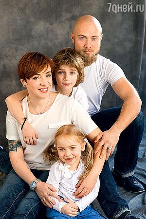 Тутта Ларсен с мужем Валерием Колосковым, сыном Лукой и дочкой Марфой