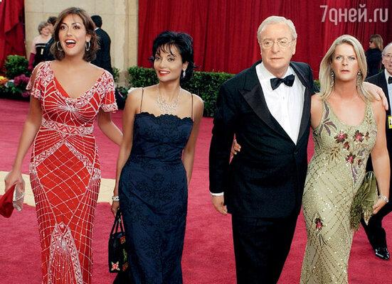 На церемонии вручения премии «Оскар» с дочерью Наташей, женой Шакирой и дочерью от первого брака Доминик. 2003 г.